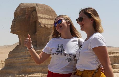 Туристы фотографируются у Большого Сфинкса в Гизе. Июль 2020 года.
