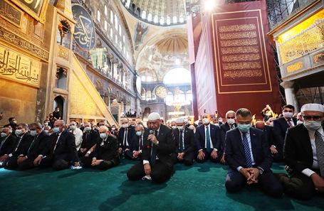 Президент Турции Реджеп Тайип Эрдоган (в центре) во время молитвы в соборе Святой Софии.