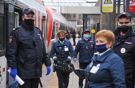 Рейд по проверке ношения масок и перчаток у пассажиров пригородных электропоездов в Москве.