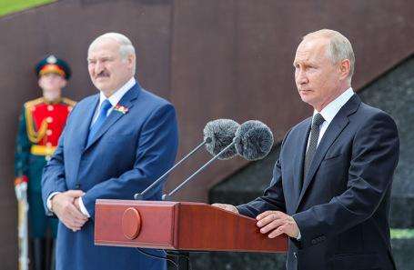 Александр Лукашенко и Владимир Путин на церемонии открытия Ржевского мемориала советскому солдату.