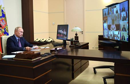 Владимир Путин во время совещания по вопросам санитарно-эпидемиологической обстановки.