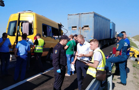 ДТП с участием микроавтобуса и грузовика в Крыму.