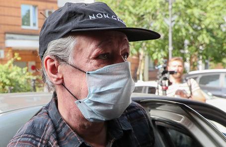 Михаил Ефремов у здания Пресненского суда.
