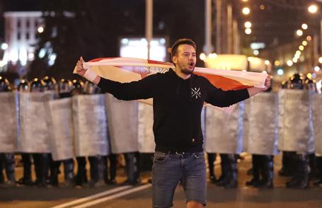 Участник акции протеста в Минске.