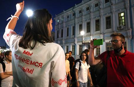 Несанкционированный митинг у посольства Белоруссии в Москве. Надпись на сорочке: «Мы проснемся другими».