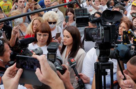 Светлана Тихановская (в центре).
