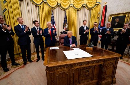 Президент США во время подписания соглашения между Израилем и Арабскими Эмиратами.