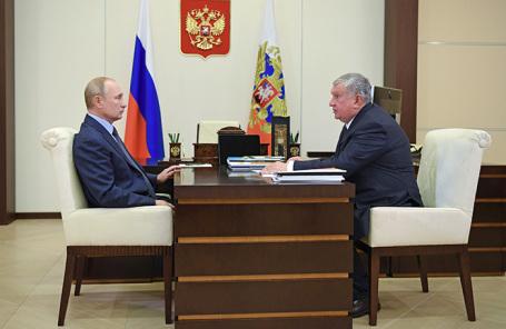 Владимир Путин и Игорь Сечин во время встречи в Ново-Огарево.