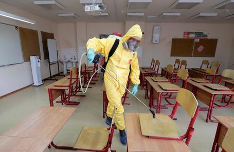 Санитарная обработка школы к началу учебного года в Москве.