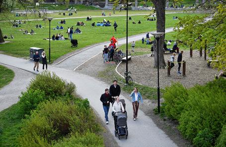 Стокгольмцы в парке Раламбшов. Май 2020.