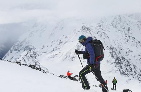 «Получилось неплохо пробежать». Россиянин установил мировой рекорд по скоростному восхождению на Эльбрус