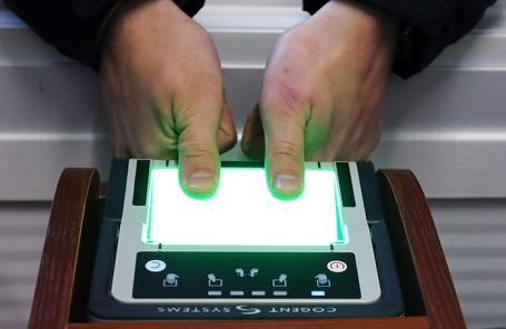 «Коммерсантъ»: иностранцев в России обяжут сдавать отпечатки пальцев и получать электронный ID
