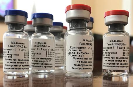 «Проще привиться и пройти через это с какими-то минимальными потерями». Как бизнес относится к вакцинации?