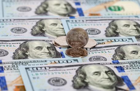 «На рынках настроение бегства от рисков». Доллар растет из-за опасений вторичного введения ковидных ограничений