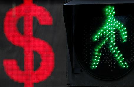 «Рубль больше всех ослабел, с запасом». Российская валюта — под давлением