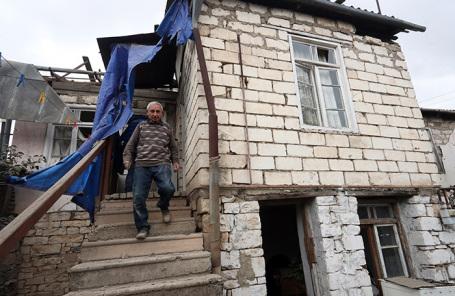 Мужчина в поврежденном в результате обстрела со стороны азербайджанских военных доме в городе Мартуни в Нагоном Карабахе.