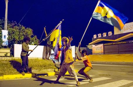 Активисты движения за независимость на улицах Нумеа, столицы Новой Каледонии.