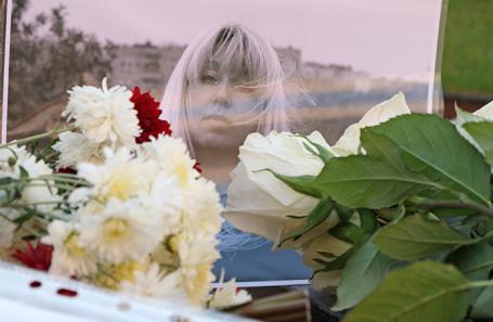 Портрет Ирины Славиной на месте гибели в Нижнем Новгороде.