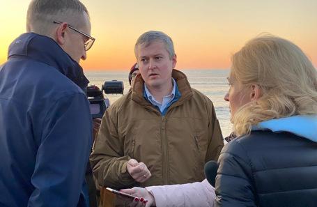Губернатор Камчатского края Владимир Солодов (в центре) и вице-спикер Госдумы Ирина Яровая во время осмотра побережья Авачинского залива.