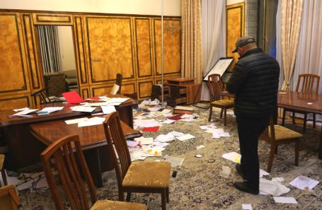 Парламент Киргизии, захваченный демонстрантами.