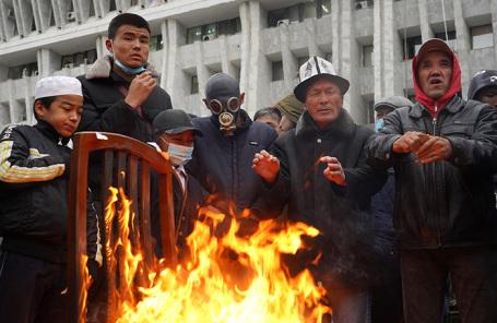 Жители Киргизии у здания парламента страны.
