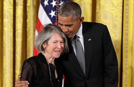 Лауреат Нобелевской премии по литературе Луиза Глюк. На фото Барак Обама обнимает поэтессу во время церемонии вручения национальной гуманитарной медали в Белом доме. Сентябрь 2016 года.