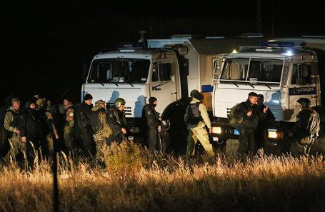 Сотрудники МВД, прибывшие на поиски подозреваемого.