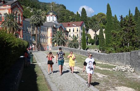Туристы в Абхазии.