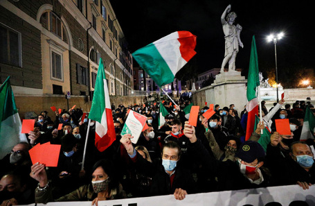 Протесты против ограничений из-за COVID в Риме.