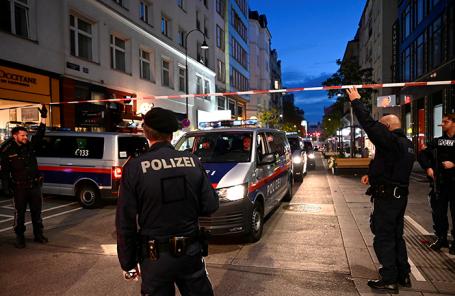 Полиция на месте, где произошла стрельба в Вене, Австрия.