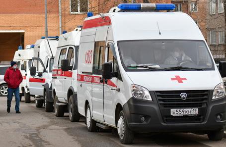 Кареты скорой помощи у больницы Абакана. Октябрь 2020 года.