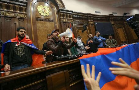 Протестующие, занявшие здание правительства в Ереване.