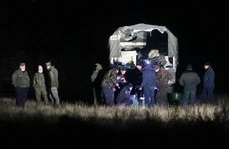 Военные на месте крушения российского вертолета Ми-24.