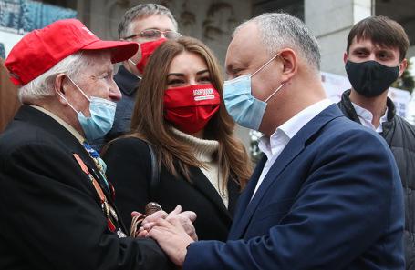 Игорь Додон (справа) на митинге сторонников.