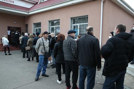 Очередь на избирательный участок в Варнице, Молдавия.