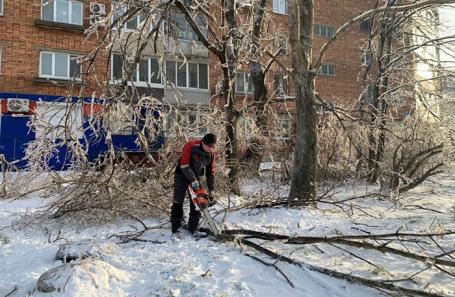 Работники коммунальных служб ликвидируют последствия стихии во Владивостоке.