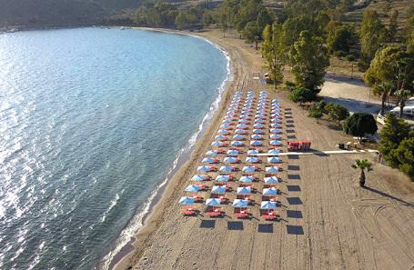 Пляж в Греции. С 14 мая страна открыла границы для туристов.