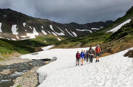 Туристы на территории горного массива Вачкажец на Камчатке.
