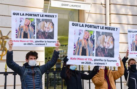 Акция защитников животных у магазина Yves Saint Laurent в Париже.