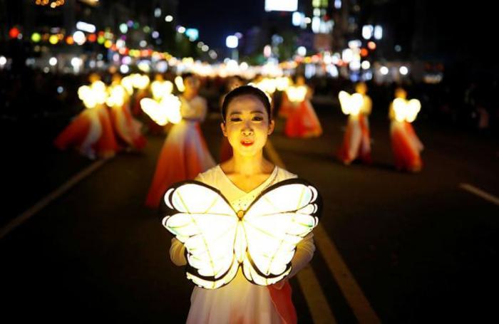 Верующие во время парада Лунных фонарей в честь дня рождения Будды в Сеуле, Южная Корея.