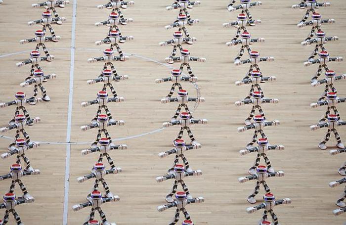 Танцующие роботы на соревнованиях роботов в Дэчжоу, Китай.