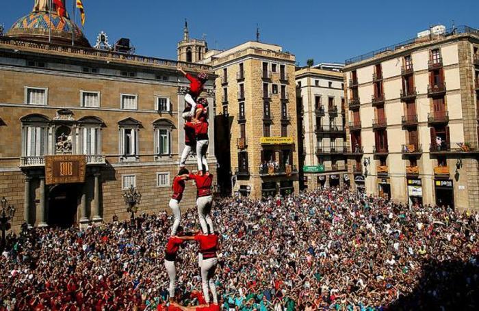 Башня из людей «кастель» на площади Сан-Жауме в Барселоне, Испания.