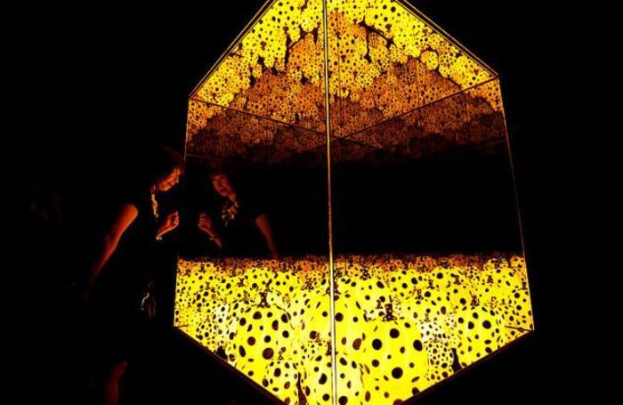Работа японской художницы-авангардистки Яой Кусамы в Музее Яой Кусамы в Токио, Япония 26 сентября 2017.