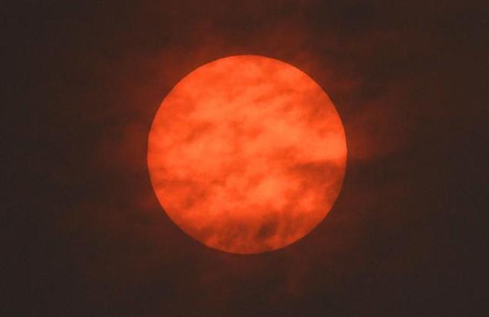 Восход солнца во время шторма Офелия в Эксетере, Великобритания 16 октября 2017.
