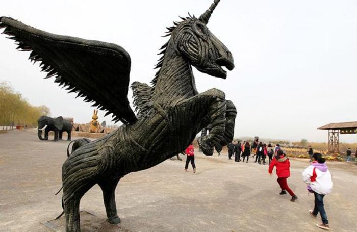 Cкульптура единорога из старых покрышек в Цзаочжуан, Китай.