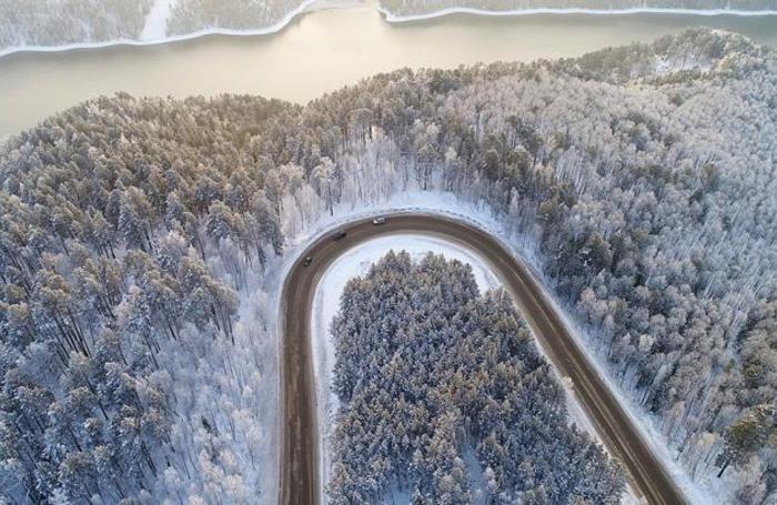 Снежная дорога на берегах Енисея около Красноярска, Россия.