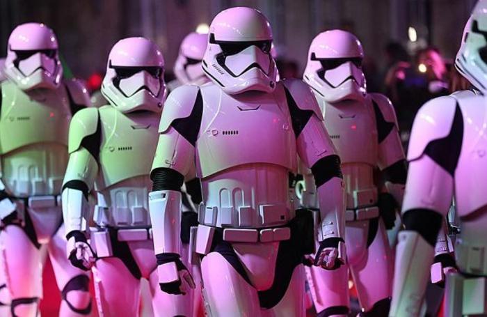 Актеры в костюмах штурмовиков на европейской премьере фильма «Звёздные войны: Последние джедаи» в Лондоне, Великобритания, 12 декабря 2017.