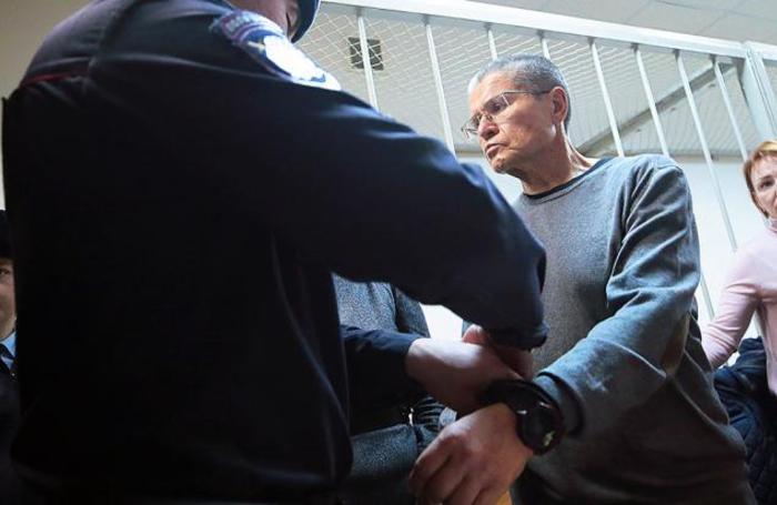 Бывший министр экономического развития РФ Алексей Улюкаев, признанный виновным в получении взятки в 2 миллиона долларов, после оглашения приговора в Замоскворецком суде в Москве, Россия 15 декабря 2017.