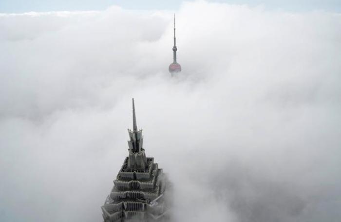 Небоскребы  Шанхайского всемирного финансового центра в туманный день в районе Пудун в Шанхае, Китай 16 января 2018 года.