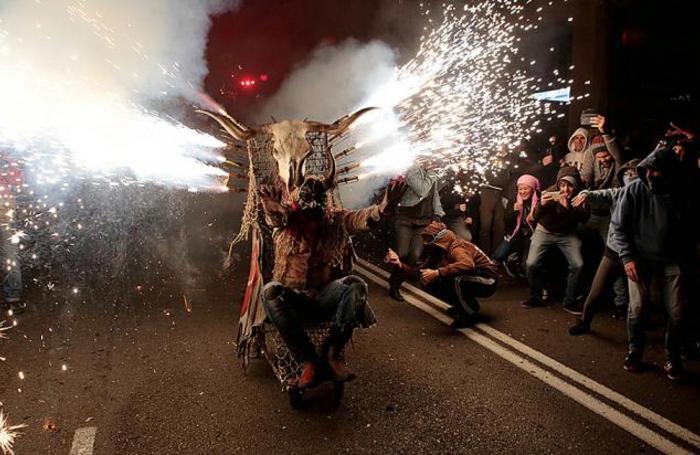 Уличное шествие Коррефок в Пальма-де-Майорке, Испания.